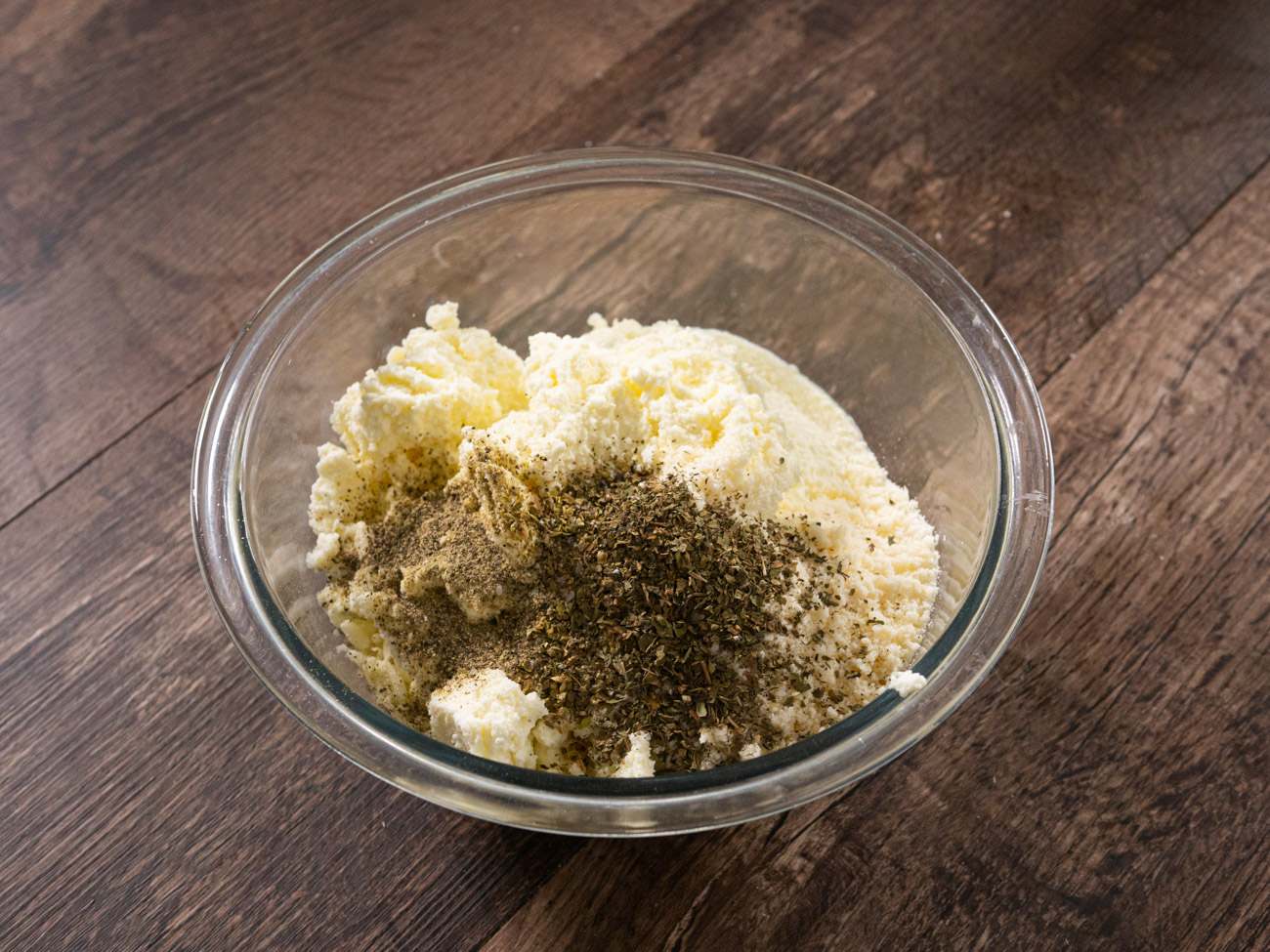 In a medium bowl, make the filling by mixing together ricotta, mozzarella, Parmesan, basil, oregano, and garlic. Season to taste with salt and pepper.
