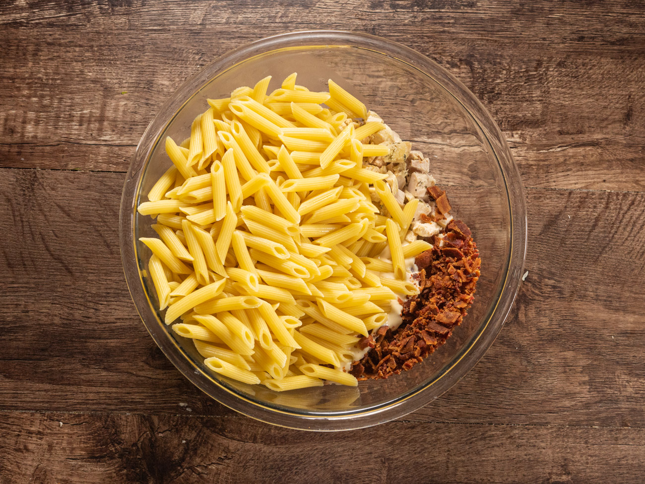 In large bowl, combine pasta, chicken, bacon, Alfredo pasta sauce, and ranch dressing.