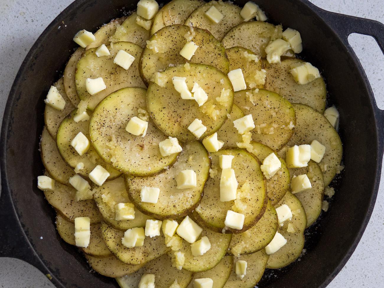 making garlic skillet potatoes
