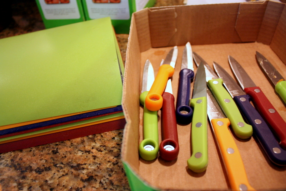 Colored chopping boards and knives