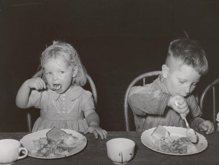 children eating lunch 1940