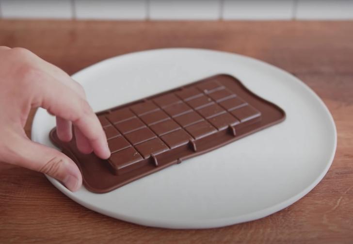 de-molding a chocolate bar at home