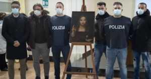 Italian police posing with recovered Salvator Mundi painting