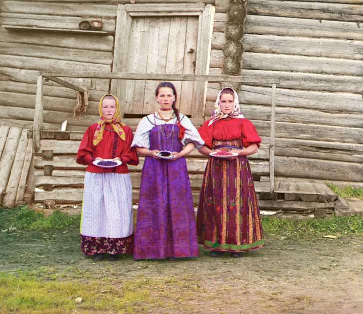 3 Russian peasant girls, 1909