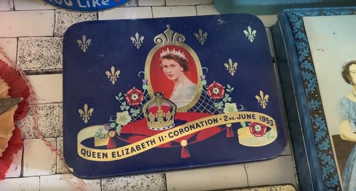 tin with Queen Elizabeth II on the top