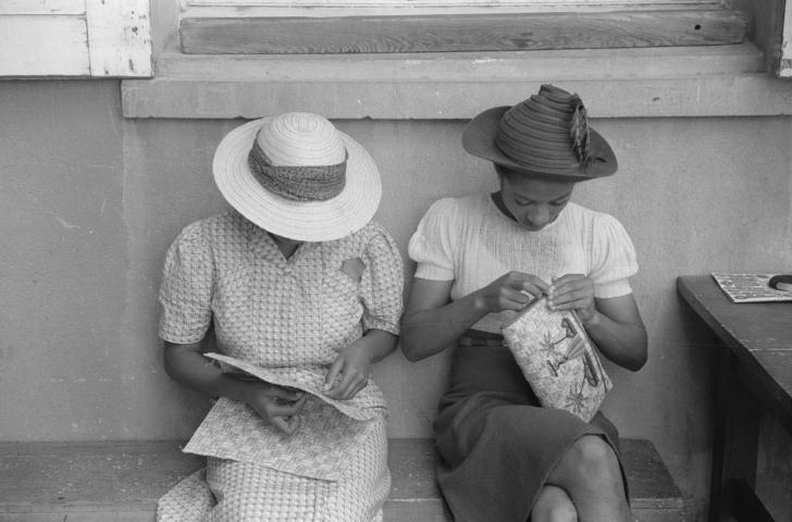 2 women making straw purses, 1941