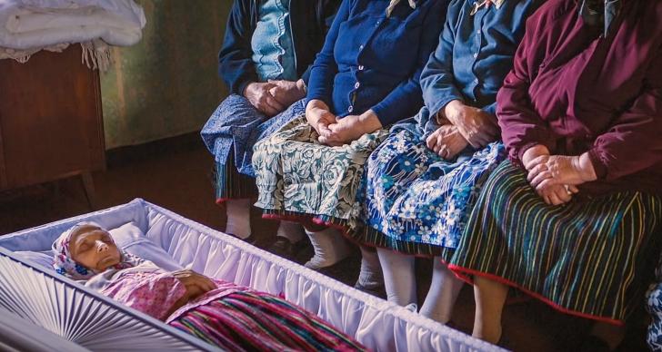 Kihnu women holding a funeral