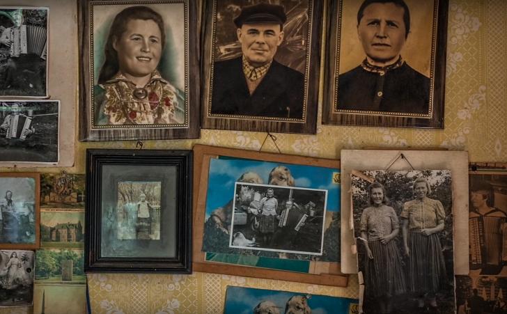 family photos in Kihnu home