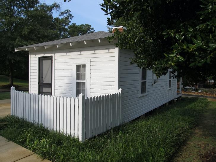 Elvis birthplace exterior back