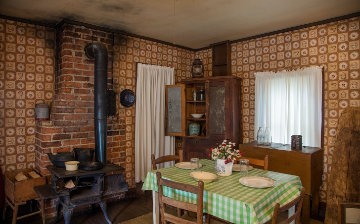 Elvis birthplace kitchen