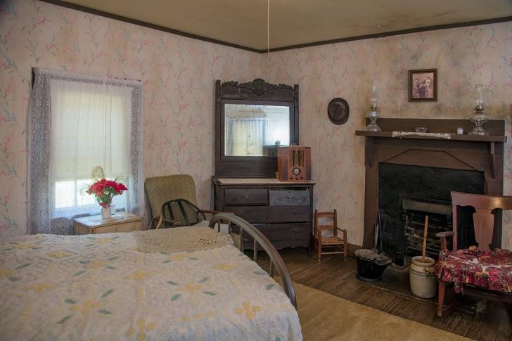 Elvis birthplace bedroom