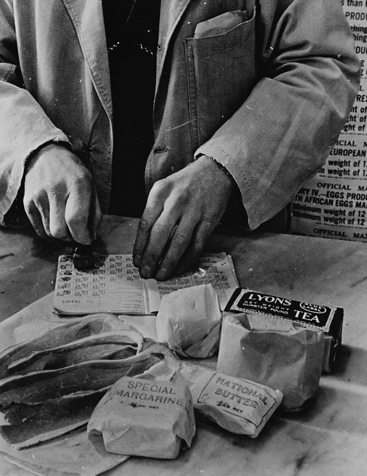 weekly rations, including tea, being purchased in the Uk in 1943