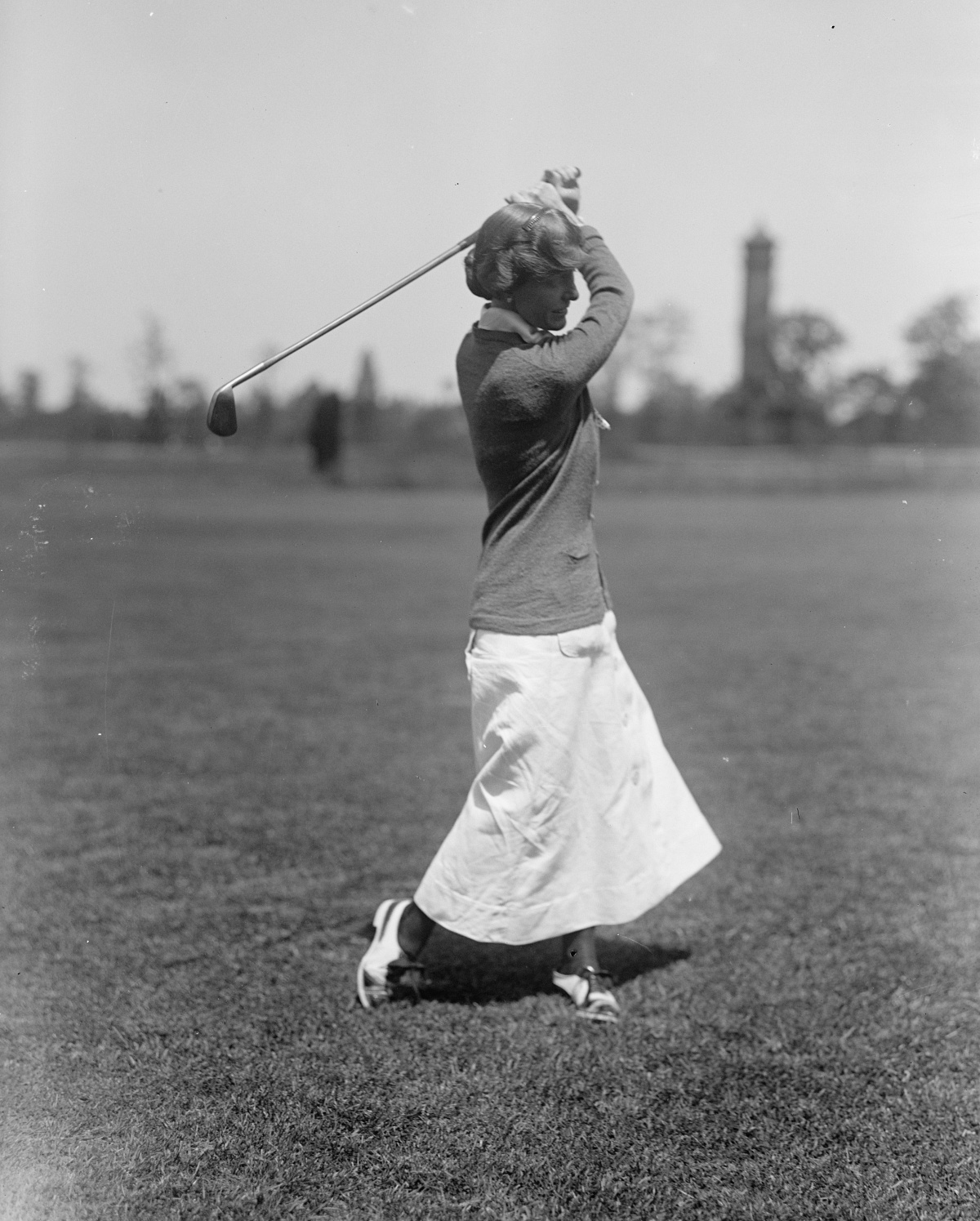 woman playing golf 1910s